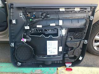 Установка фонарей подсветки в передние двери VW Touran-2.jpg