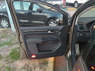 Установка фонарей подсветки в передние двери VW Touran-5.jpg