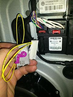 Установка фонарей подсветки в передние двери VW Touran-6.jpg