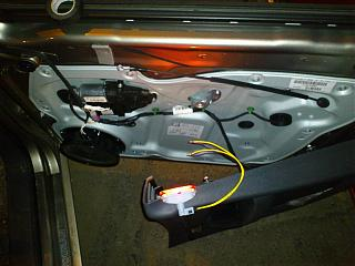 Установка фонарей подсветки в передние двери VW Touran-7.jpg