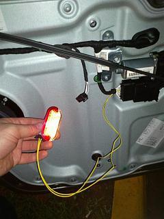 Установка фонарей подсветки в передние двери VW Touran-dsc_1298.jpg