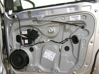 Установка фонарей подсветки в передние двери VW Touran-pered-prav_vid.jpg